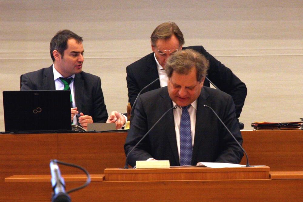Thomas Fabian mit einem Zahlenregen im Stadtrat zum Thema Kitaplätze. Foto: L-IZ.de