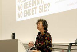 """Unirektorin Beate Schücking während einer Diskussionsveranstaltung zum Thema """"Meinungsfreiheit – Wo beginnt sie, wo endet sie?"""". Foto: Michael Freitag"""