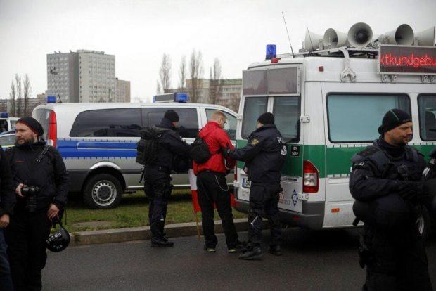 Nach 12 Uhr Vorkontrolle durch die Polizei bei der Demo der Rechten. Foto: L-IZ.de