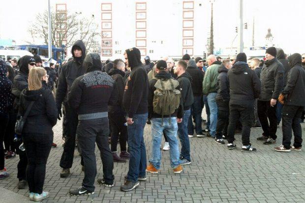 """Demoteilnehmer bei """"Die Rechte"""": Warten auf die Abreise am Bayrischen Bahnhof. Foto: L-IZ.de"""