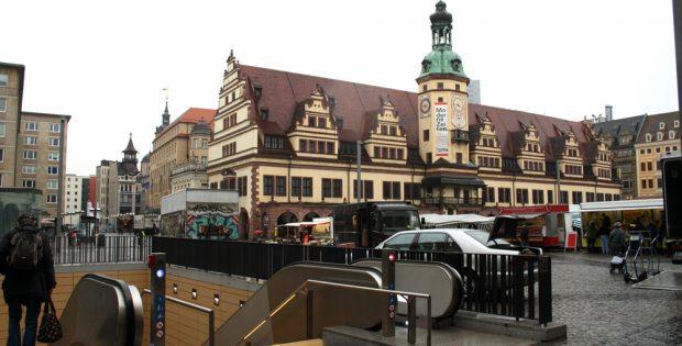 Das Alte Rathaus im Regen. Foto: Ralf Julke