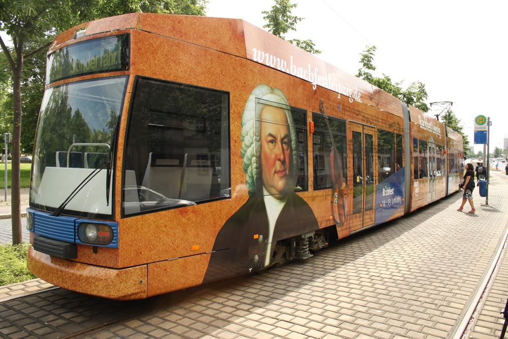 Hübsch beklebte Bach-Straßenbahn. Foto: Ralf Julke