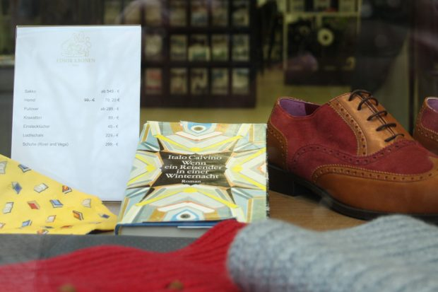 Italo Calvino zwischen edlen Schuhen und Krawatten. Foto: Ralf Julke