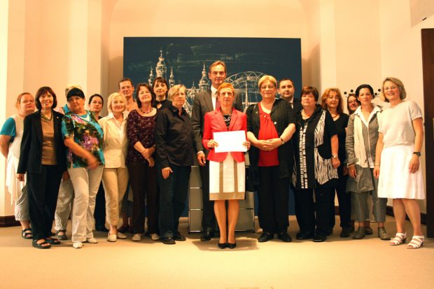 Gruppenbild mit OBM aus dem Jahr 2012: Die Charta für Gleichstellung wurde soeben unterschrieben. Foto: Ralf Julke