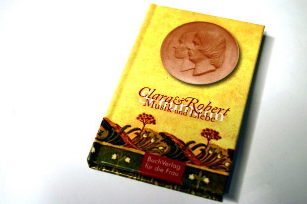 2009 erschienen: Hagen Kunzes Büchlein über die Liebe von Clara und Robert Schumann. Foto: Ralf Julke