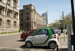 Tankendes E-Auto vorm Neuen Rathaus. Foto: Ralf Julke
