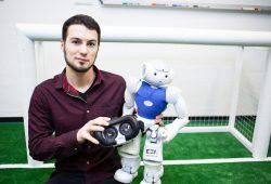 Informatik-Absolvent Marcel Göbe von der HTWK Leipzig entwickelte eine Software, die es ermöglicht, per VR-Brille in einen Roboter zu schlüpfen. Foto: HTWK Leipzig
