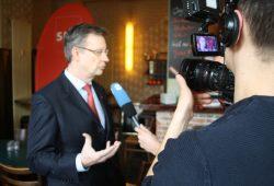 Dr. Jens Katzek im Fernsehinterview. Foto: Ralf Julke