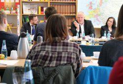 Ulrich Kelber im Gespräch mit Schülern. Foto: VZS