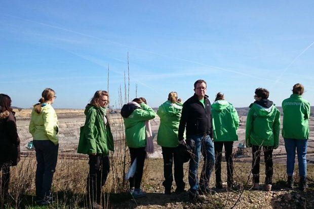Greenpeace-Aktivisten und Gerd Lippold am Tagebau Schleenhain. Foto: Grüne Landtagsfraktion Sachsen