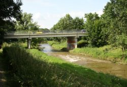 Die Oetzscher Brücke über der verockerten Pleiße. Foto: Ralf Julke