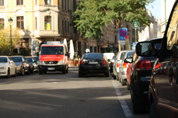 Geparkte Autos in der Gottschedstraße. Foto: Ralf Julke