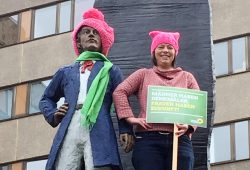 Gesine Märtens setzt Richard Wagner Denkmal Pussyhat auf. Foto: Bündnis 90/Die Grünen Leipzig