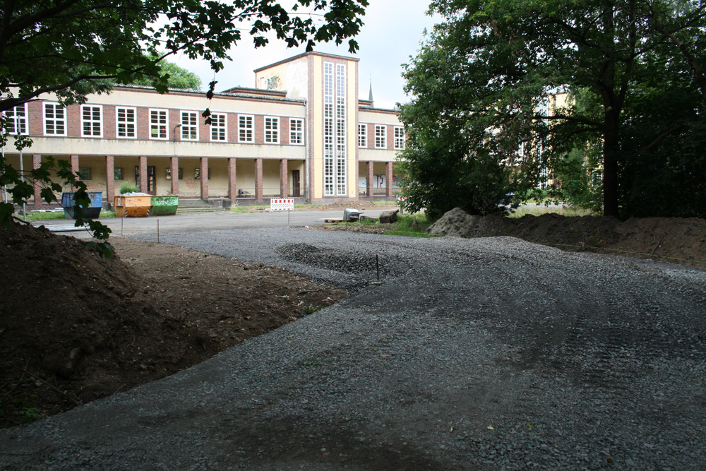 Provisorischer Weg vom Palmengarten ins Schulgelände. Foto: Ralf Julke