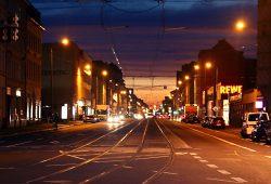 Abendliche Georg-Schumann-Straße. Foto: Ralf Julke