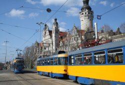 Straßenbahnen am Neuen Rathaus. Foto: Ralf Julke