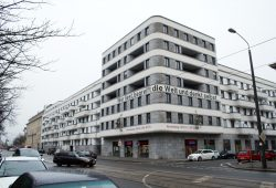 Spruchband am CG-Neubau an der Prager Straße. Foto. Ralf Julke
