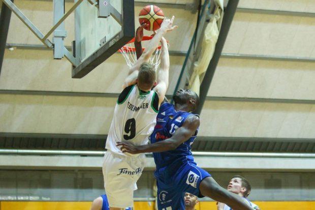 Jonas Niedermanner (Uni-Riesen) wird von Eddy Edigin jr. (Nördlingen) beim Wurf attackiert. Foto: Jan Kaefer
