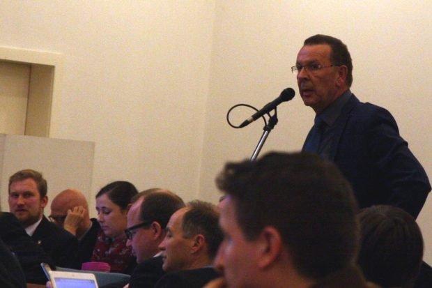 Achim Haas (CDU) schon während der Debatte rings um die neuen Eigentümerziele (der Stadt Leipzig) zu LWB im Ratssaal hörbar gereizt ... Foto: L-IZ.de