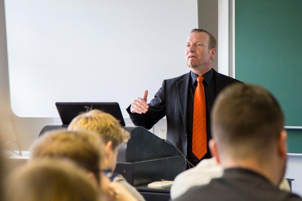 Von den Praxiserfahrungen ihres Marketing-Professors Holger Müller profitieren auch die Studierenden. Foto: Rebecca Schweier/HTWK Leipzig
