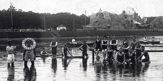 """Die Menschen in den 20ern hatten noch ein Kleinod näher an der Haustür. Damals ging's noch nicht ins """"Neuseenland"""", sondern in den """"Luna Park"""" am Auensee im Stadtteil Wahren. Dieser bestand jedoch nur kurz als ganzer Vergnügungspark mit Bad, Schmalspurbah um den See, Hippodrom und Achterbahn in der Zeit von 1912 bis 1932 am Auensee. 1932 ging die Betreibergesellschaft in Insolvenz, die Bauten verschwanden und nur das heutige """"Haus Auensee"""" erinnert noch an den damals wohl größten Vergnügungspark Deutschlands. Foto: Stadtgeschichtliches Museum"""
