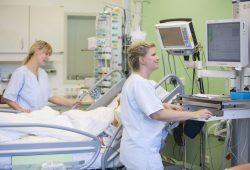 Im Wandel: Wie sich Krankenpflege vom reinen Assistenzberuf zu einer Profession mit eigenen Standards und Spezialisierungen entwickelt hat, ist eines der Themen beim Pflegesymposium am 12. Mai. Foto: Stefan Straube / UKL