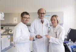 Prof. Dietger Niederwieser (Mitte), Leiter der Abteilung für Hämatologie und Internistische Onkologie, und zwei seiner Mitarbeiter, die an der STOP-Studie mitwirken: Dr. Jacqueline Maier (re.) und Dr. Sebastian Schwind (li.). Foto: Stefan Straube/UKL