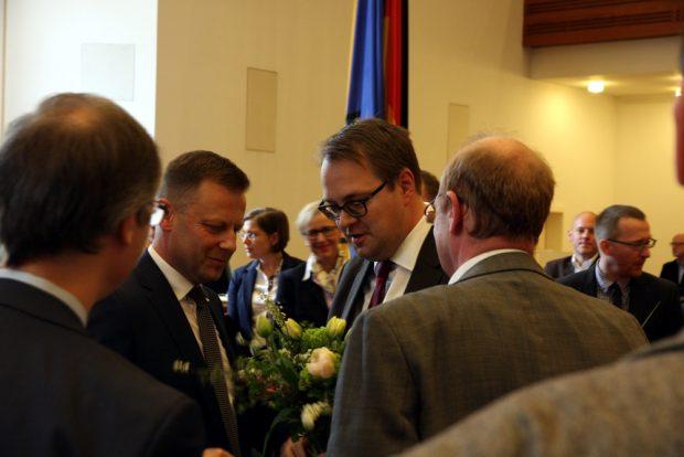 Nach der Wahl von Torsten Bonew (l): Sören Pellmann (Linke) gratuliert. Foto: L-IZ.de