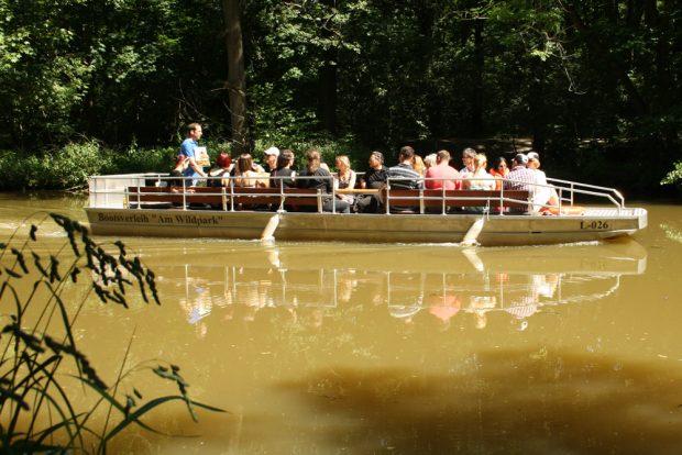 Motorboot auf der Pleiße im südlichen Auenwald. Foto: Ralf Julke
