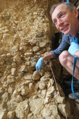 Svante Pääbo mit einer Sedimentanhäufung in der Höhle von Arago in Frankreich, die auf ein Alter von 450.000 Jahren datiert wird. Foto: MPI für evolutionäre Anthropologie, Christian Perrenoud