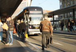 Auch für Ältere ein Slalom-Parcours: Haltestelle Hauptbahnhof. Foto: Ralf Julke