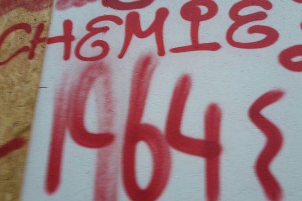 Die Polizei hat die Kappen der Spraydosen gefunden und hofft nun auf Fingerabdrücke. Foto: L-IZ.de