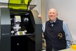 Prof. Dr. Josef Alfons Käs vor einem Optical Cell Stretcher zur Bestimmung der mechanischen Eigenschaften von Zellen und Gewebe. Foto: Swen Reichhold/Universität Leipzig