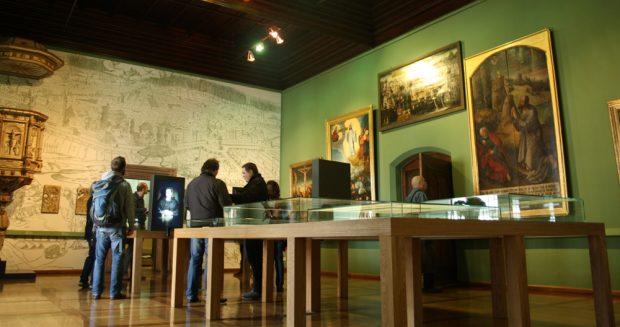 Stadtansicht von 1547 und große Epitaph-Bilder geben dem Raum seine Atmosphäre. Foto: Ralf Julke