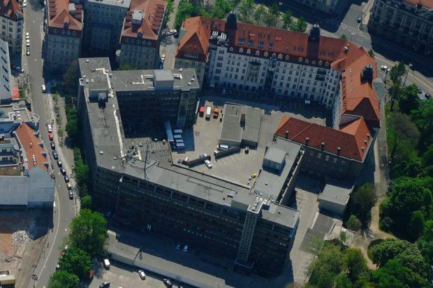 """Blick auf """"Runde Ecke"""" (rechts) und Stasi-Neubau. Foto: Henry Pfeifer, profiluftbild"""