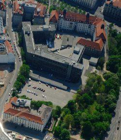 """Gesamtübersict über den Matthäikirchhof: rechts oben die """"Runde Ecke"""", Bildmitte der Stasi-Neubau, unten der Große Blumenberg. Foto: Henry Pfeifer, profiluftbild"""