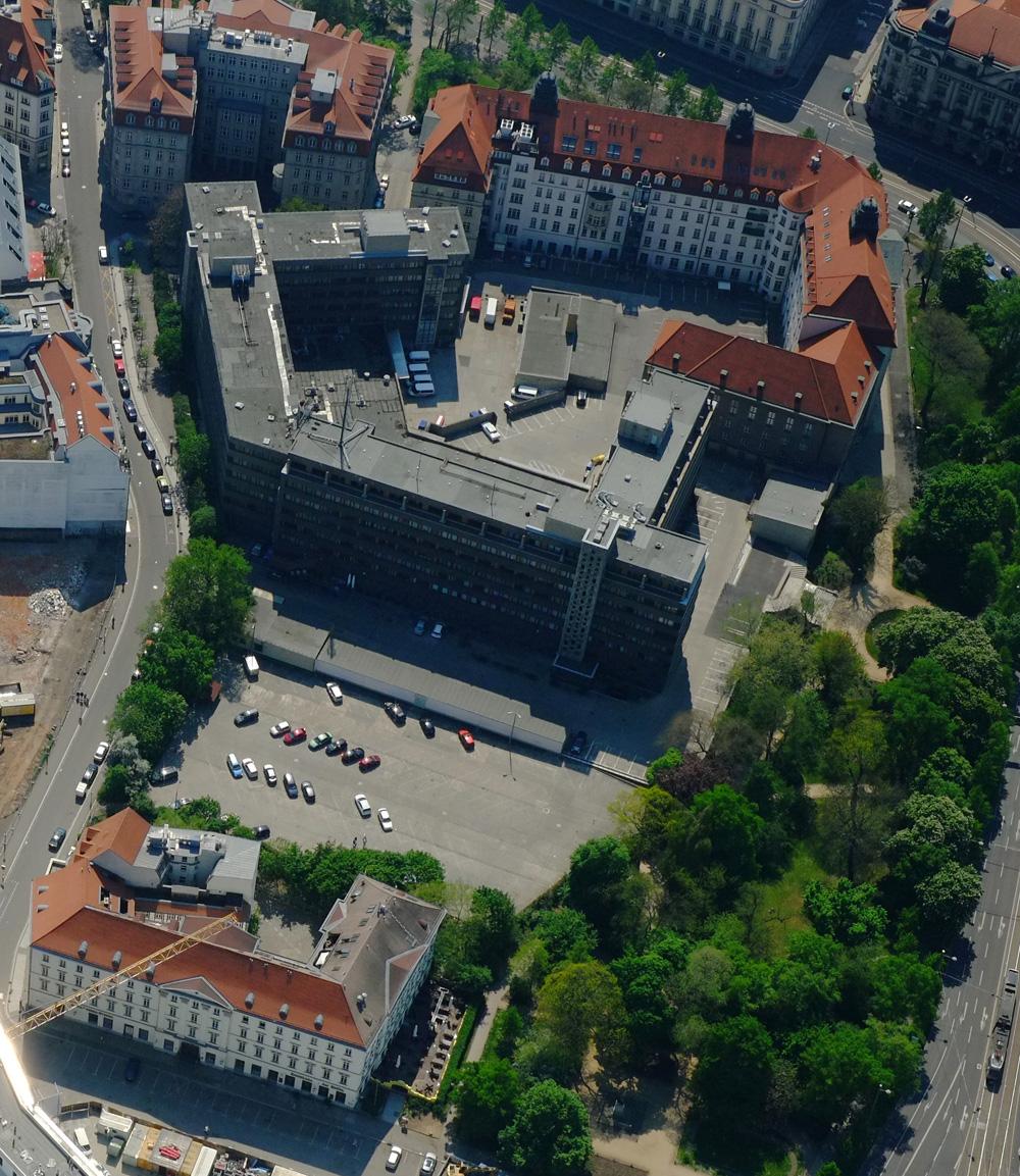 """Gesamtübersicht über den Matthäikirchhof: rechts oben die """"Runde Ecke"""", Bildmitte der Stasi-Neubau, unten der Große Blumenberg. Foto: Henry Pfeifer, profiluftbild"""