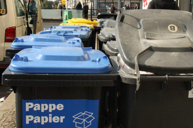 Abfalltonnen zur Abholung am Straßenrand. Foto: Ralf Julke