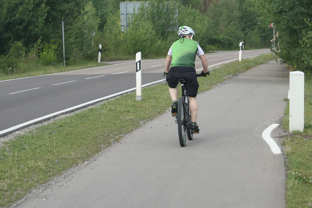 Straßenbegleitender Radweg im Leipziger Süden. Foto: Ralf Julke