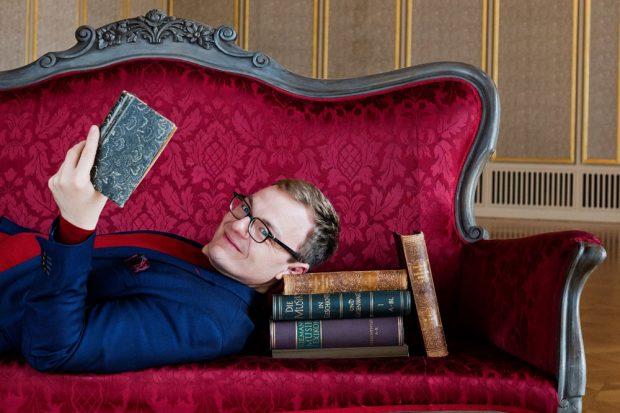 leipziger internet zeitung am 27 april das rote sofa zum thema aber glauben l. Black Bedroom Furniture Sets. Home Design Ideas