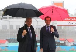Ministerpräsident Stanislaw Tillich und Vorstand der Verbraucherzentrale Sachsen, Andreas Eichhorst. Foto: Verbraucherzentrale Sachsen