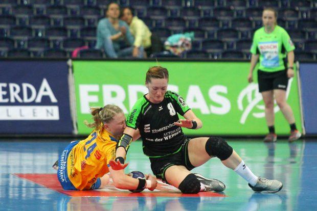 Luisa Sturm (HCL) kämpft mit der Ex-Leipzigerin Roxana-Alina Ioneac (Nellingen) um den Ball. Foto: Jan Kaefer