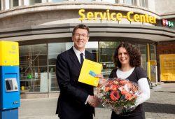 Verkehrsbetriebe begrüßen den 100.000sten ABO-Kunden: Ulf Middelberg und Sabine Wienholz. Foto: Leipziger Gruppe