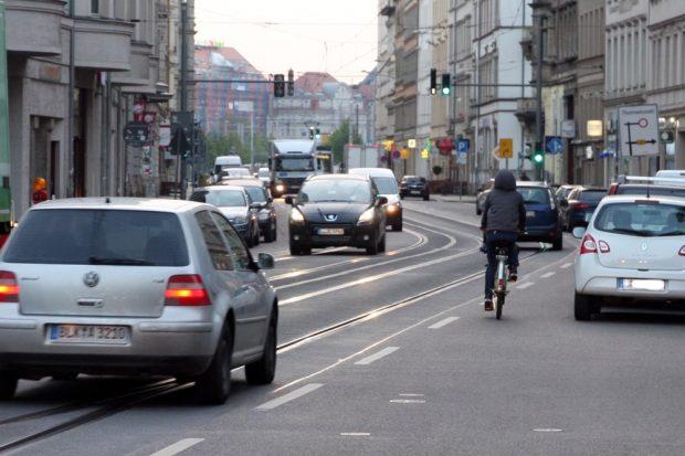 Am 16. Mai morgens 6 Uhr stehen ganz viele Autos genau seit einer Stunde auf der Jahnallee stadteinwärts. Foto: LZ
