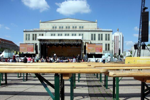 """Bänke satt auf dem Augustusplatz - danach kamen zumindest noch mehr Besucher zum gemeinsamen """"Gloria"""" spielen. Foto: L-IZ.de"""