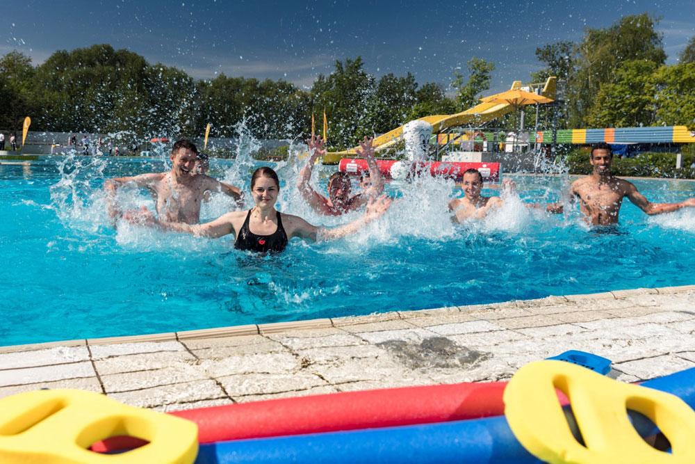 Leipziger Freibadsaison: Auszubildende und Saisonmitarbeiter der Leipziger Sportbäder beim Anbaden im Sommerbad Schönefeld. Foto: Leipziger Sportbäder