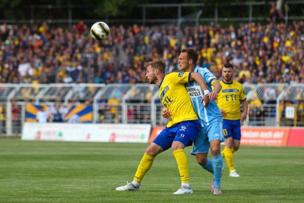 Felix Brügmann (Lok) gegen CFC-Kapitän Julius Reinhardt. Foto: Jan Kaefer
