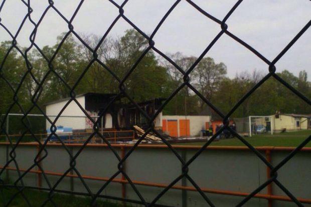 Am 21. April brannte gegen 2:45 Uhr der Containerbau des FC Inter Leipzig komplett ab. Die Polizei geht von Brandstiftung aus. Foto: L-IZ.de