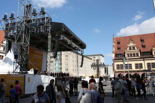 Große Bühnen, wenig Publikum mit großem Abstand zum Geschehen. Foto: L-IZ.de
