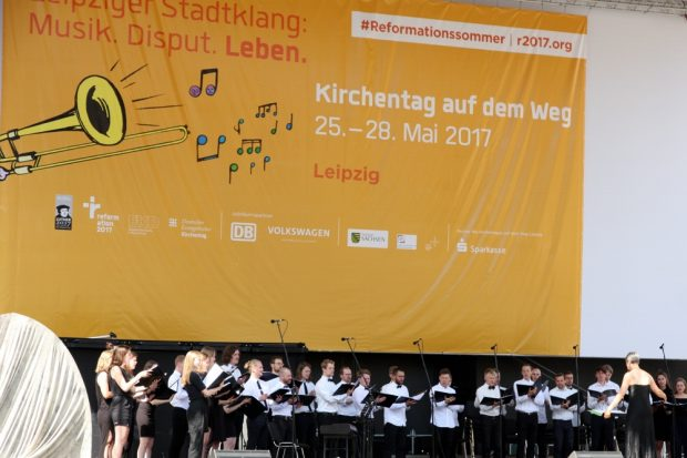 Kirchentag tagsüber auf der Bühne - davor Leere. Foto: L-IZ.de